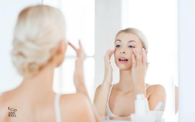 aplikacja kremu, nakładanie kosmetyków, krem pod oczy