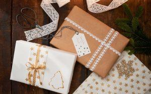 Inspiracje na ekologiczne pakowanie prezentów, papier, koronki