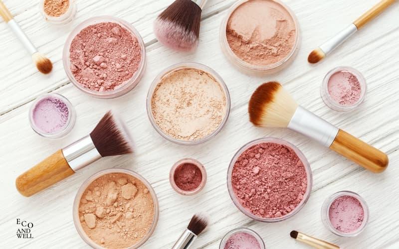 podkład mineralny, róż naturalny, pędzle do makijażu
