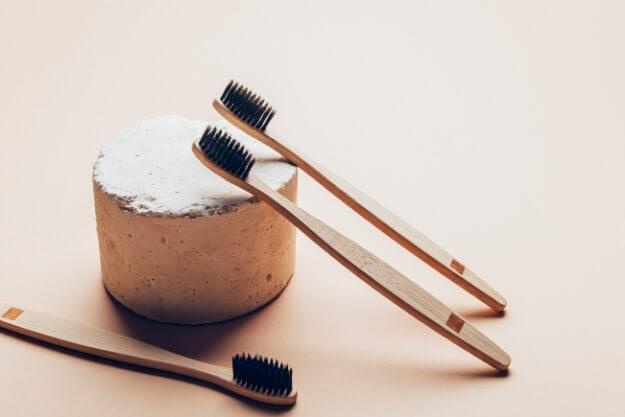 bambusowa szczoteczka do zębów, naturalna pasta w kostce, łazienka less waste