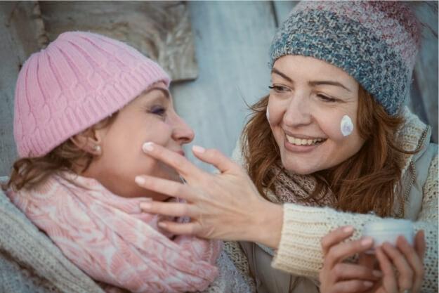pielęgnacja skóry zimą kremem z filtrem UV