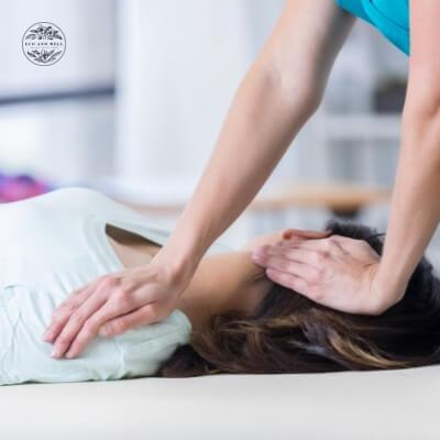 masaż na sztywność karku